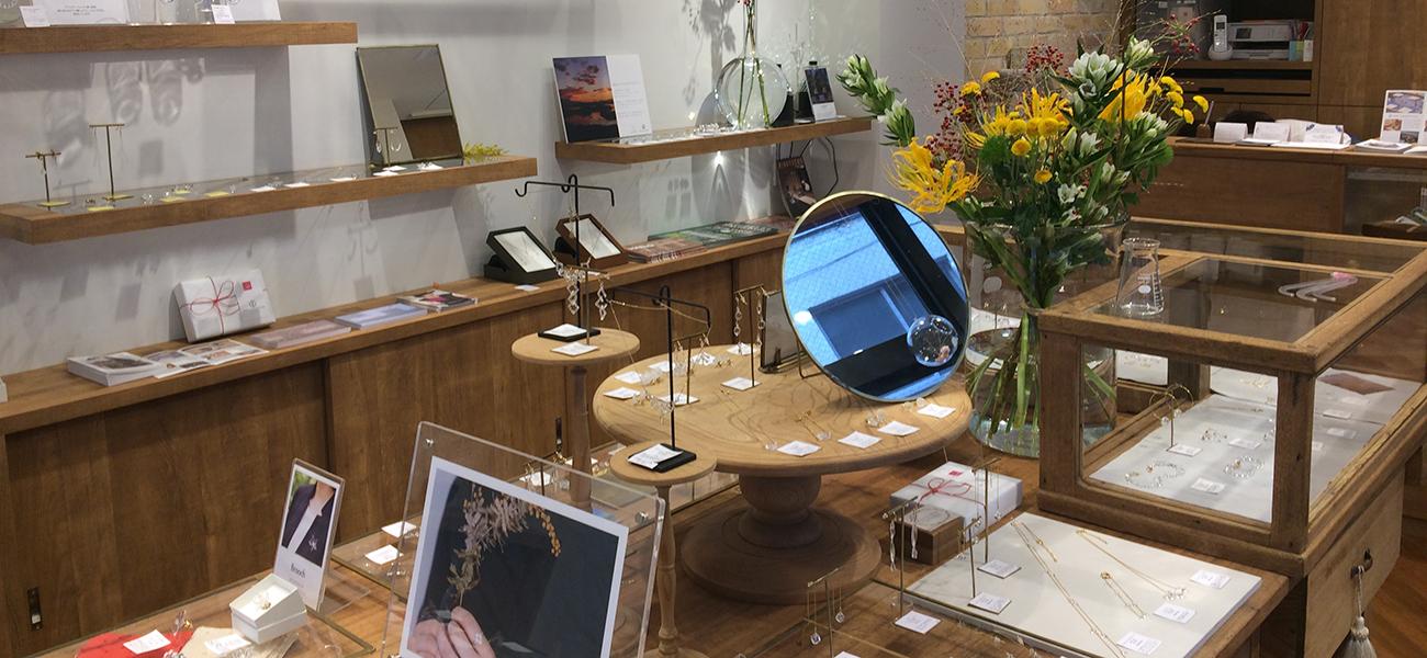 秋に合うガラスのアクセサリー展示しています
